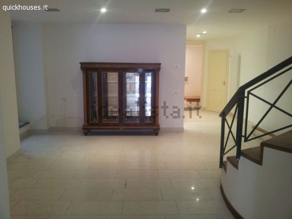 Napoli provincia monte di dio appartamento su due piani for Appartamento a due piani